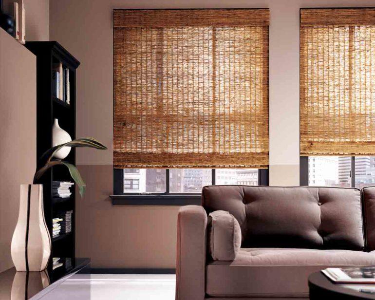 Бамбуковые римские шторы впишутся в любой стиль оформления гостиной или спальни