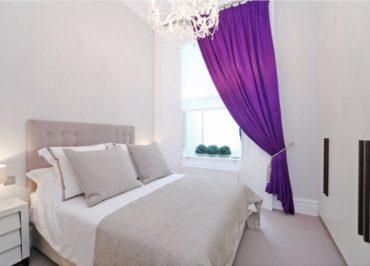 маленькая спальня в белых и бежевых тонах