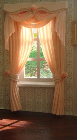 персиковые шторы с подхватами и розами