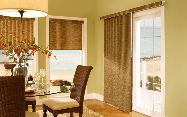 На фото показано как гармонично оформить интерьер с присутствием в нем бамбуковых штор и плетеной мебели