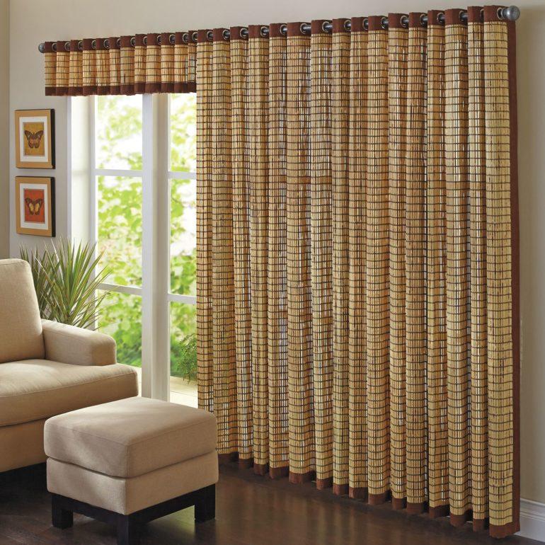 Широкая бамбуковая штора смотрится весьма необычно и со вкусом, а благодаря люверсам на них образуются равномерные глубокие складки