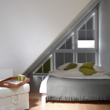 спальня с зелеными подушками