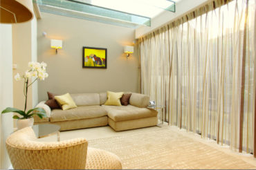 стеклянный потолок и полосатые гардины