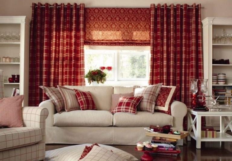 Алые шторы в белую клетку будут отличным вариантом для украшения окна в гостиной в стиле прованс