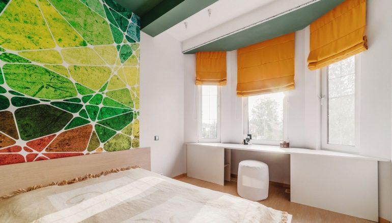Чтобы разнообразить белый интерьер добавьте ему ярких красок-оранжевые шторы и зеленая стена в полной мере выполнят свою функцию