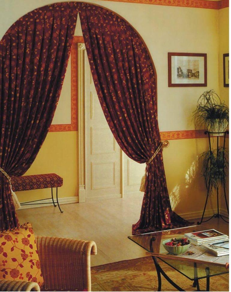 Для полукруглой арки очень трудно найти подходящую дверь, поэтому единственный вариант как-то зонировать пространство это шторы