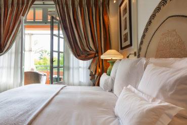 Красивая круглая спинка на кровати с украшениями