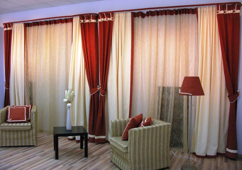 Красно-белое сочетание ассоциируется у многих со смесью ягод и сливок, поэтому такое оформление окна в гостиной или кухне подарит приятные ощущения и хорошее настроение