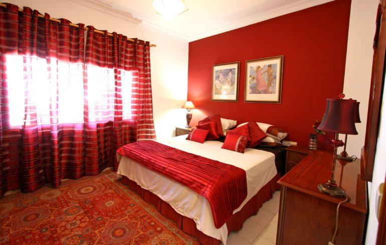 Обилие красных оттенков в комнате уменьшает ее площадь, поэтому не стоит увлекаться таким сильным цветом при оформлении
