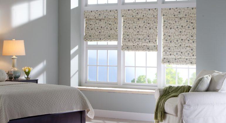 Плотные ткани светлых тонов способны защитить от нежелательного солнца при этом не сделав комнату темной и мрачной