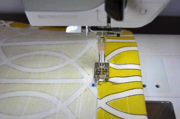 Подверните край изделия по намеченной линии и прострочите. Проутюжьте горячим утюгом для большей аккуратности