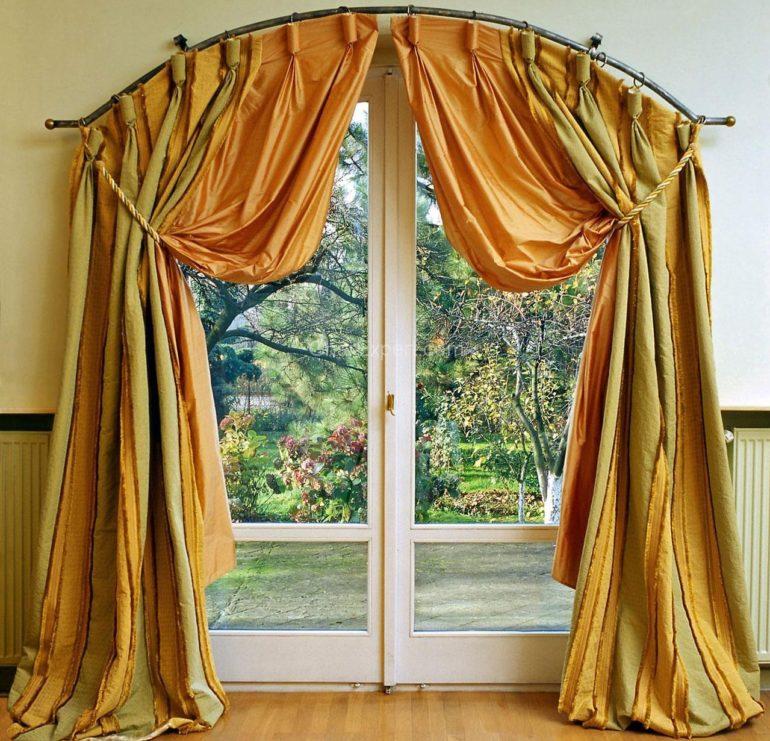 Повесив плотные шторы на застекленную дверь вы сможете скрыться от внешнего мира и назойливого света