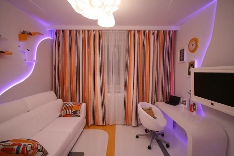 При наличии низкого потолка в спальне очень важно не только правильно выбрать главный цвет оформления помещения, но и шторы. В данном случае вертикальные полосы придутся весьма кстати