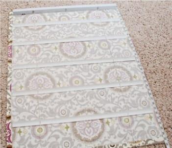 Приклеиваем пластиковые ламели к ткани и даем клею высохнуть