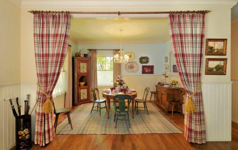Шторы в широком арочном проеме увеличивают пространство в отличие от дверей, и в раскрытом виде создают единую комнату