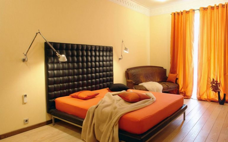 Темная мебель выгодно подчеркнет всю прелесть теплых оранжевых оттенков
