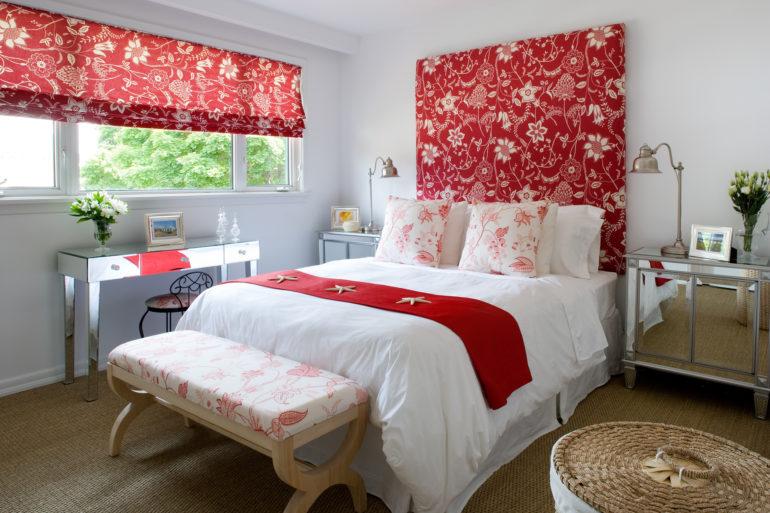 В спальне можно повесить красные римские портьеры с белым цветочным рисунком