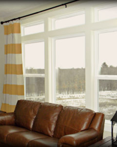 За окном еловый лес в снегу