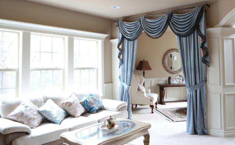 белый диван с голубыми подушками
