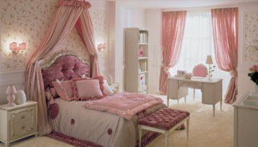 каркасный манекен в женской спальне