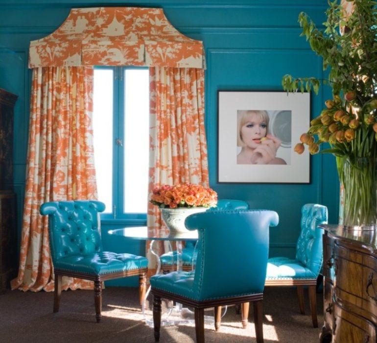 На фото представлен пример смелого оформления стен ярко-бирюзовым цветом, при этом бело-оранжевые шторы дополняют композицию и не остаются без внимания