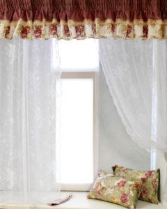 подушечки на окне с цветочками
