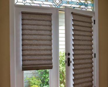 приоткрытая белая дверь со стеклом