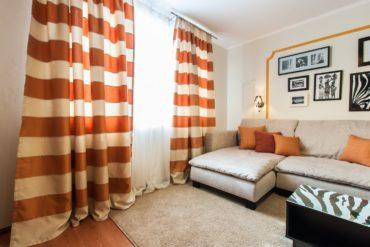 терракотовые подушки на сером диване