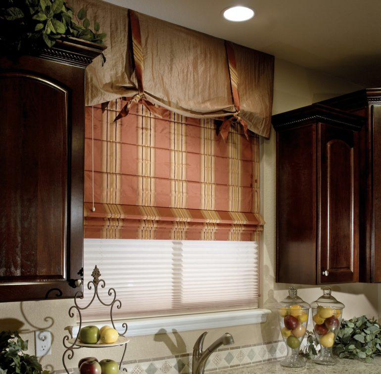 На кухню, особенно возле мойки или рабочего стола повесьте римские шторы из не маркой ткани
