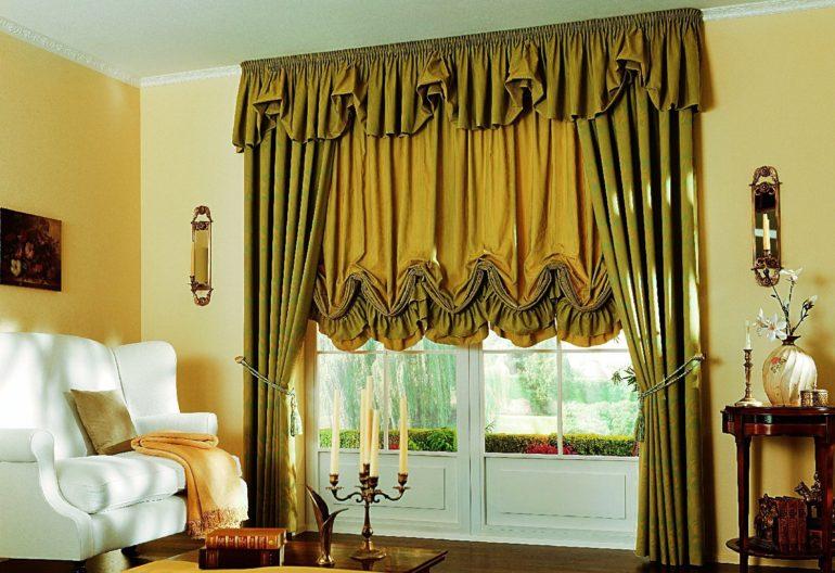 Австрийские шторы цвета темной горчицы стильно сочетаются с оливковыми портьерами и делают светлый интерьер более ярким и экспрессивным