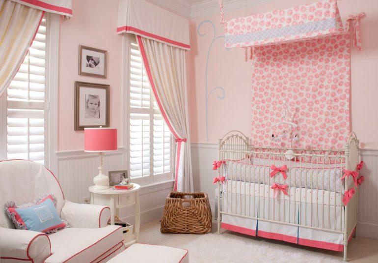 Белые портьеры в детской разбавят назойливую розовую атмосферу и привнесут свежести в комнату