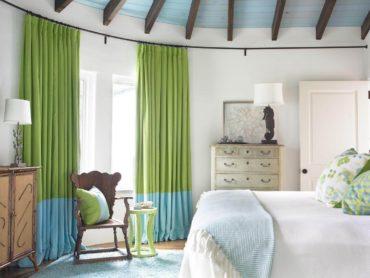 Голубой потолок с деревянной отделкой