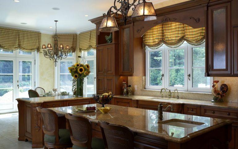 Какой бы строгой и темной ни была мебель на кухне, клетчатые шторы всегда наполнят помещение уютом и домашним теплом