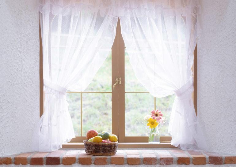 Легкие прозрачные шторки с подхватами и ламбрекеном прекрасно передают дух французских деревушек, а белый цвет еще больше наполняет кухню светом