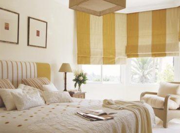 Махровый халат молочного цвета на кровати