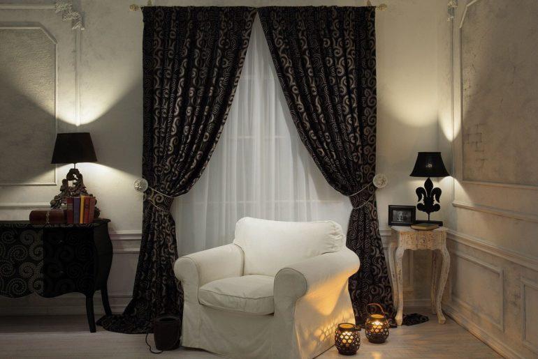 На фоне белых стен темные шторы с изысканным рисунком смотрятся отлично в сочетании с таким же мрачным декором