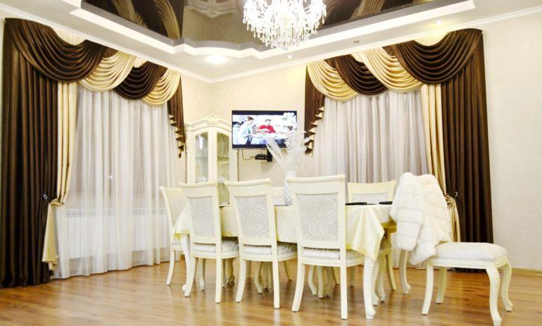На фото двухцветные шторы из ткани одинакового качества, что делает ансамбль единым и стильным