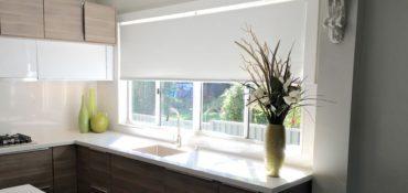 Сушилка с бельем за окном