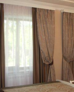 Тройные занавеси сочетающиеся с накроватным покрывалом