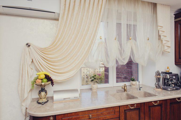 Укороченные белые шторы для кухни лучший вариант использования такого прихотливого цвета