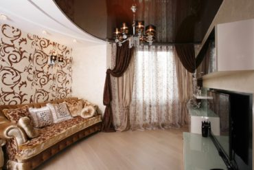 диван с блестящей обивкой в стиле барокко