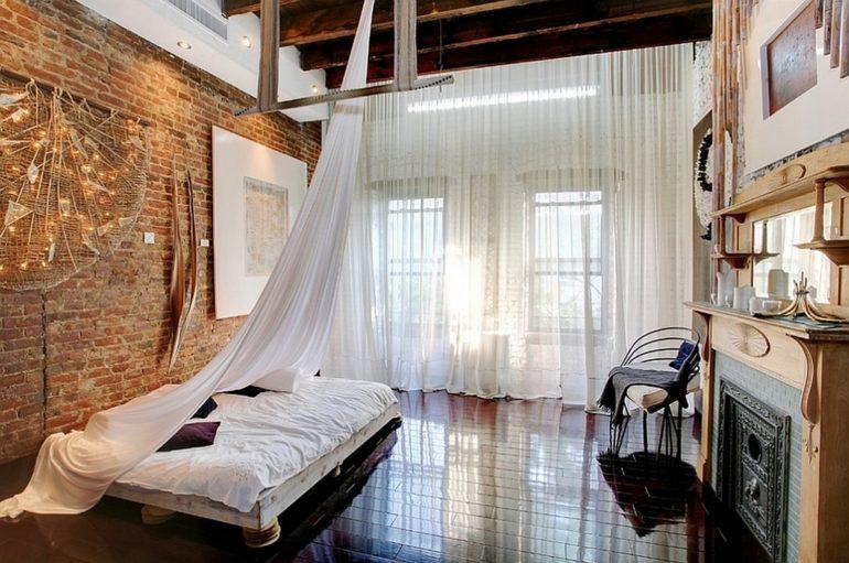 Белые шторы, особенно если это тюль, хорошо пропускают свет и визуально расширяют границы комнаты