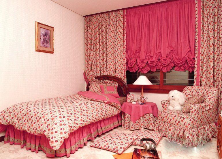 Австрийские шторы в детской могут сочетаться с длинными классическими портьерами