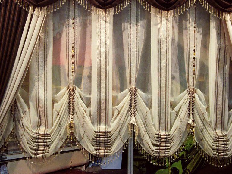 Дополнительные украшения способны обновить и преобразить австрийские шторы