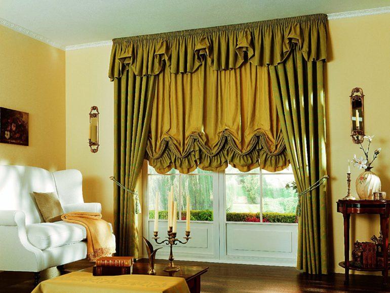 Гостиную в классическом стиле украсит комбинация из классических и австрийских штор