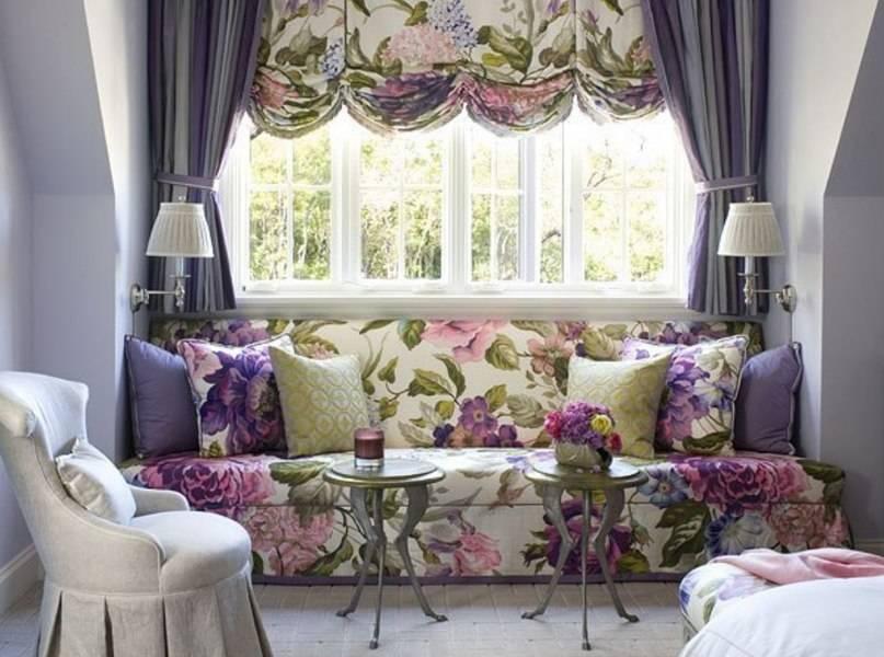Сочетание штор и другого интерьерного текстиля объединяет комнату и делает ее более уютной
