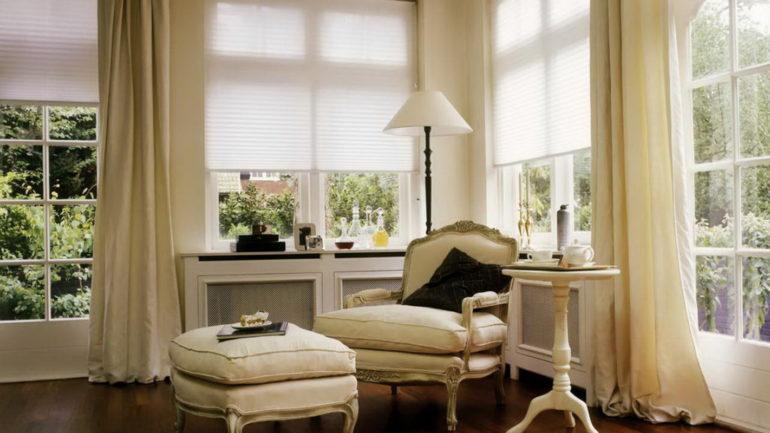 Стиль прованс вовсе не ограничивает вас в выборе штор, и лаконичные плиссе так же могут его украсить