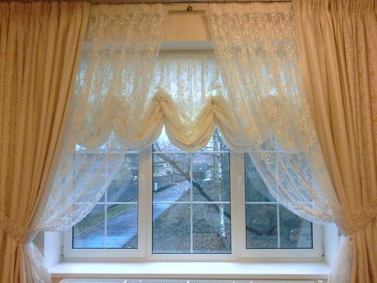 Светлые прозрачные ткани не будут перегружать собой интерьер и сделают комнату визуально шире и светлее