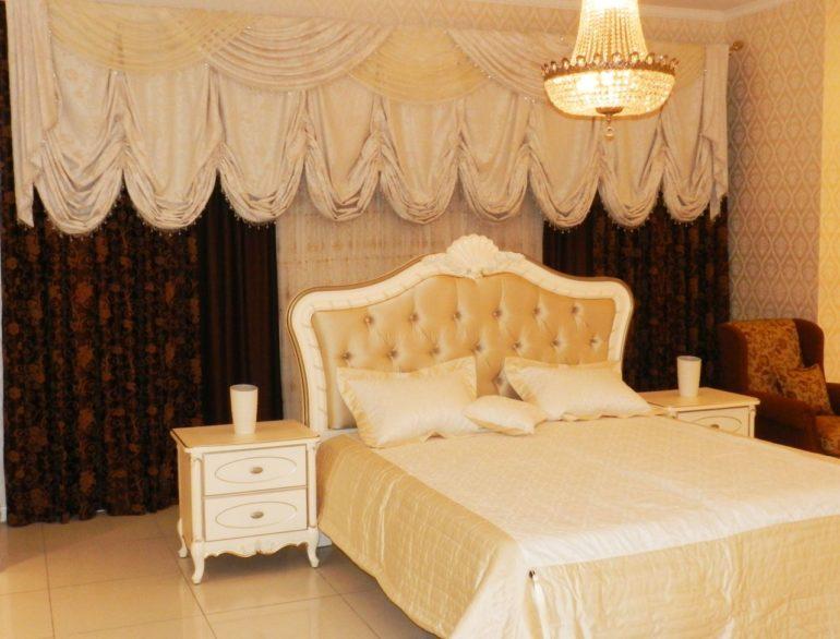 Светлый бежевый австрийки подарят северной спальне больше тепла и света