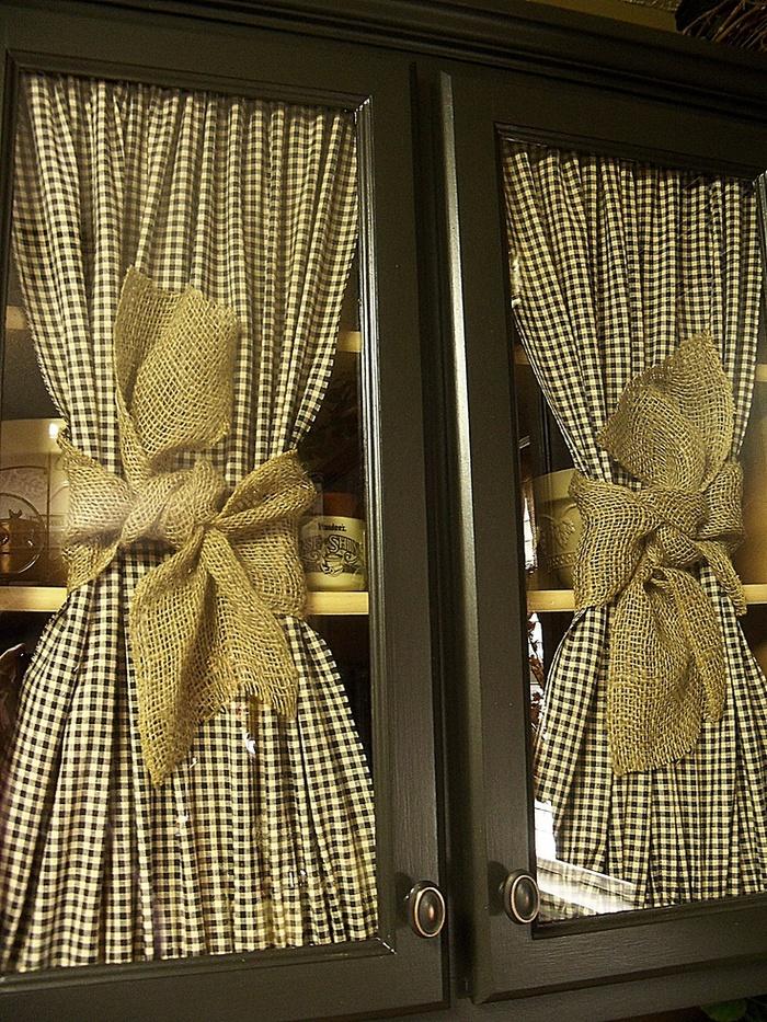 Такого рода декор на кухонных шкафчиках подчеркнет нотки деревенского стиля прованс или кантри